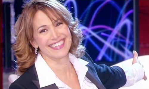 Barbara D'Urso torna ad essere la regina della domenica di Canale 5, sostituendo la coppia Vinci – Scampini