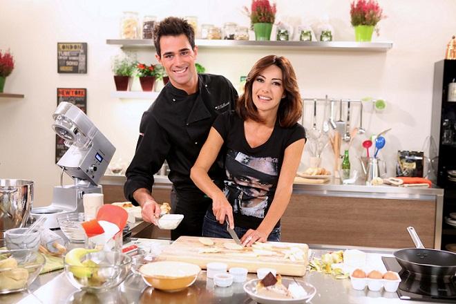 Hollyfood – L'appetito vien guardando, da oggi su La5 il nuovo programma culinario con Emanuela Folliero e lo chef Roberto Valbuzzi