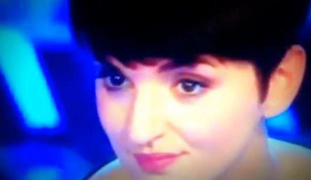 Ad X Factor 6, Arisa scatenata contro Elio e Simona Ventura dopo l'uscita dei Frères Chaos. Poi il mea culpa su Facebook – VIDEO