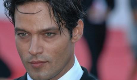 Gabriel Garko torna su Canale 5 nei panni di Rodolfo Valentino. Smentisce la sua omosessualità e conferma il flirt con Manuela Arcuri