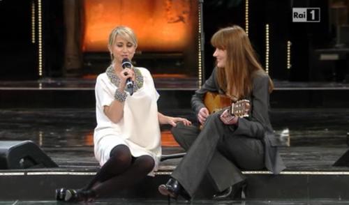 Sanremo 2013, Carla Bruni sul palco: dopo la marchetta, il duetto con Luciana Littizzetto – VIDEO