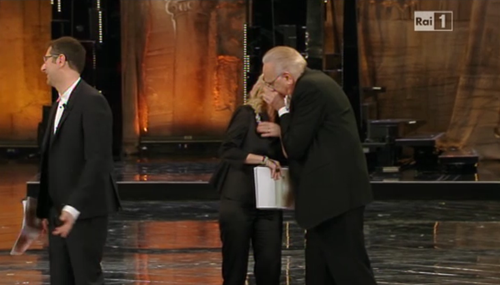 Sanremo 2013, Pippo Baudo bacia Luciana Littizzetto e ritira il Premio Città di Sanremo – VIDEO