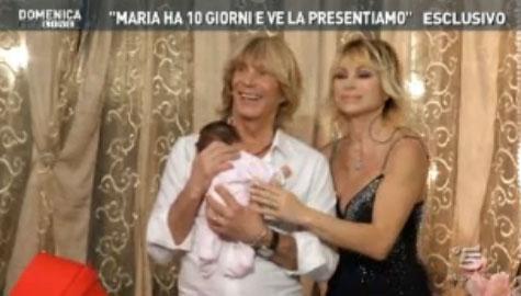 A Domenica Live, Carmen Russo, Enzo Paolo Turchi e la piccola Maria. Il super reality dei Carmen-Paoli si arricchisce – FOTO
