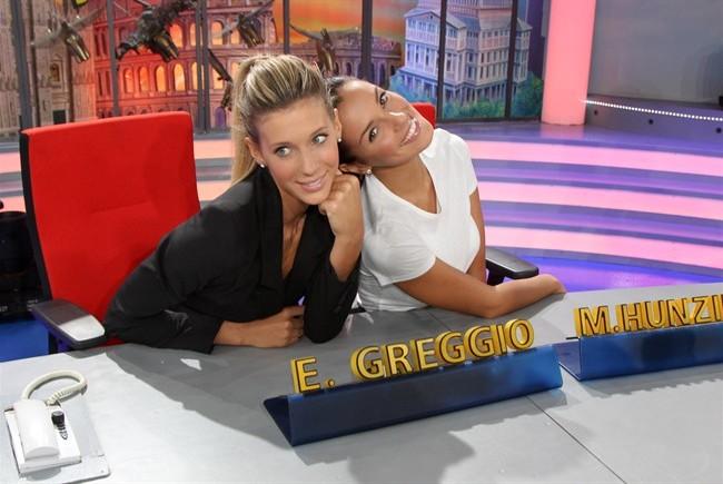 """Striscia la Notizia, le Veline Alessia e Giulia superano il periodo di """"prova"""" e restano fino alla fine della stagione"""