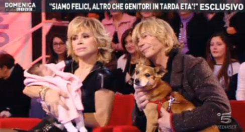 A Domenica Live, Carmen Russo, Enzo Paoli Turchi e la piccola Maria per la prima volta in uno studio tv – FOTO