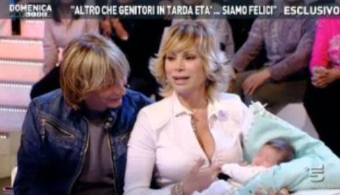 """A Domenica Live tornano Carmen Russo, Enzo Paolo Turchi e la piccola Maria con il reality """"tanto amato"""" – FOTO"""