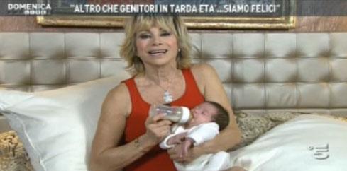 Domenica Live, Carmen Russo ed Enzo Paolo Turchi festeggiano il complimese di Maria – FOTO