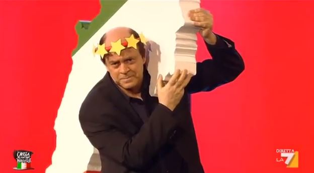 Crozza nel Paese delle Meraviglie: la Via Crucis di Pier Luigi Bersani