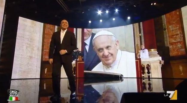 """Crozza nel Paese delle Meraviglie, l'imitazione di Papa Francesco: """"Jorge Mario Bergoglio come Raimondo Vianello"""" – FOTO"""