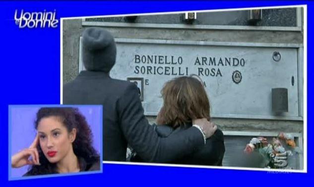 Uomini e Donne, l'esterna al cimitero e l'ira di Maria De Filippi – VIDEO