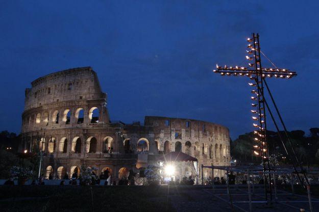 Pasqua in Tv, la prima Via Crucis di Papa Francesco stasera su RaiUno: il programma di oggi