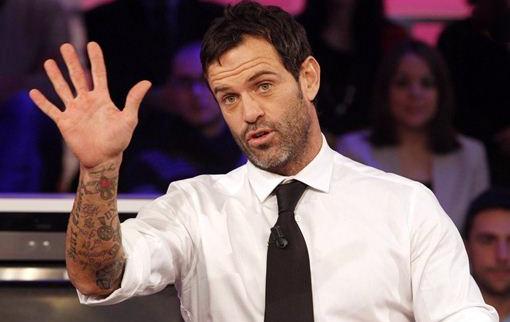 Ascanio Pacelli licenziato dalla D'Urso dopo i tweet su Domenica Live. Poi lei ci ripensa