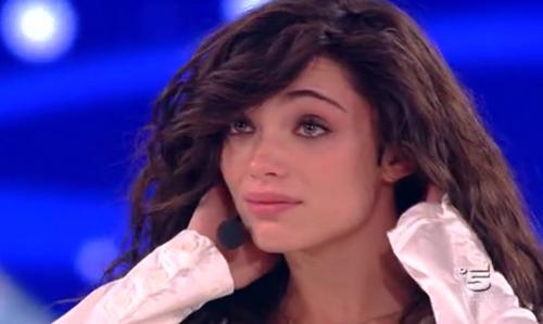 Amici 12, sesto serale: Lorella eliminata; Miguel Bosè lascia il programma tra le lacrime di Emma