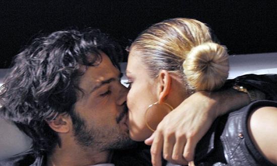 Emma Marrone e Marco Bocci: baci appassionati alla luce del sole – FOTO