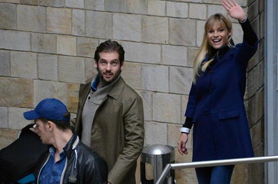 Michelle Hunziker esce raggiante dalla clinica con Tomaso Trussardi e Sole