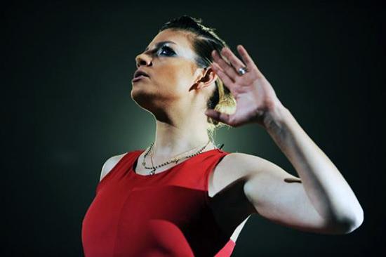 """Emma Marrone a Milano """"imballa"""" il Mediolanum Forum: la tigre bionda che punta verso l'alto"""