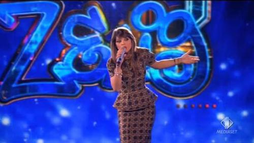 Alessandra Amoroso a Zelig 1: ospitata ed esibizione – VIDEO