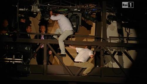 Sanremo 2014, due operai minacciano il suicidio in diretta tv: panico all'Ariston – VIDEO