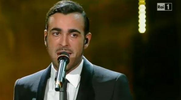 Sanremo 2014, Marco Mengoni sul palco nella serata di venerdì: omaggio a Tenco? Fabio Fazio vago