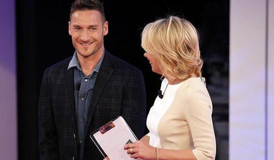 C'è posta per te, stasera l'ultima puntata: Francesco Totti e Sabrina Ferilli ospiti