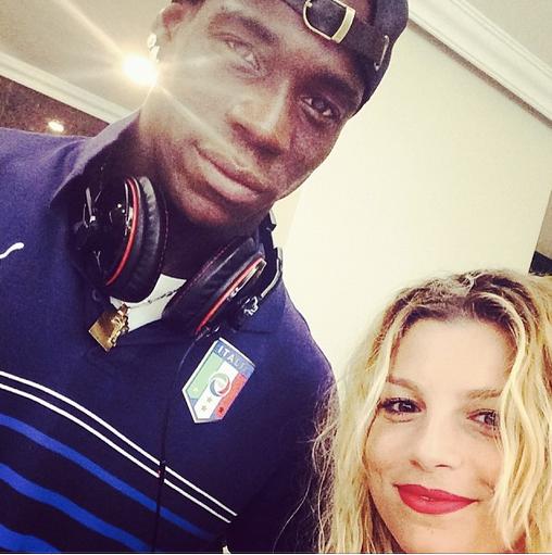 Mondiali 2014, Emma sbarca in Brasile: selfie con Mario Balotelli, Andrea Pirlo e Gigi Buffon – FOTO