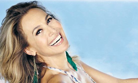 Barbara d'Urso tra blog, magazine, braccialetti e profumi; L'Isola dei Famosi? 'Mi divertirei a condurla!'
