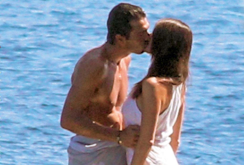 Gigi Buffon e Ilaria D'Amico in vacanza in Grecia paparazzati tra cene e lunghe ore 'sotto coperta' – FOTO