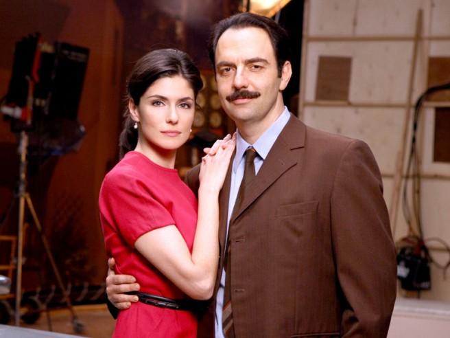 Questo nostro amore, la fiction con Anna Valle e Neri Marcorè in replica da stasera su RaiUno