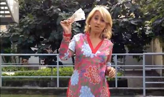 Luciana Littizzetto e l'Ice Bucket Challenge dal braccino corto, il web incalza: 'Spilorcia, si vergogni!'