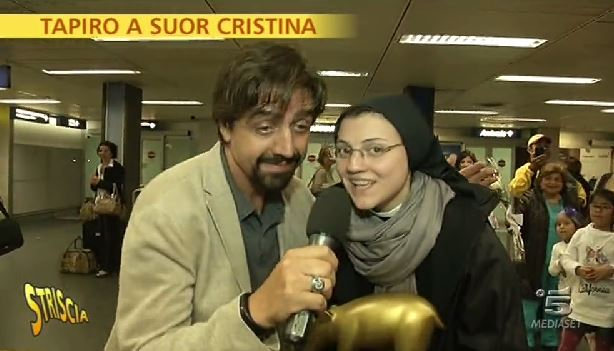 Striscia la Notizia: Tapiro d'Oro a Suor Cristina per Like a Virgin di Madonna, proventi e Sanremo 2015