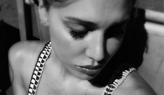 Belen Rodriguez e il suo 'addio particolare' a Pino Daniele: sul web infuria già la polemica