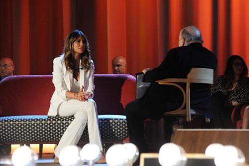 Claudia Galanti si racconta al Maurizio Costanzo Show, Vittorio Sgarbi fuori dallo studio