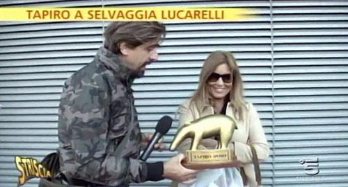 Selvaggia Lucarelli e il Tapiro d'Oro di Striscia la Notizia per l'auto smarrita e poi ritrovata – VIDEO