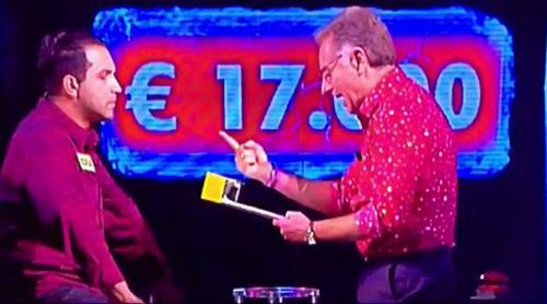 """Avanti un altro: concorrente furbetto sbircia risposte e vince? Per Jurgens è """"Impossibile"""" – VIDEO"""