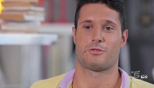 Grande Fratello 2015: dopo Federica atti di bullismo a Simone, olio e peperoncino nelle zone intime