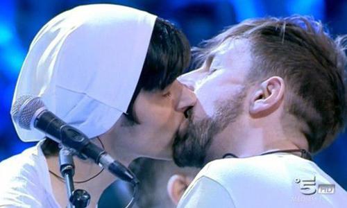 Amici 15 serale 2016: ascolti in calo e il bacio gay de La Rua, ecco la verità e le parole di Daniele Incicco