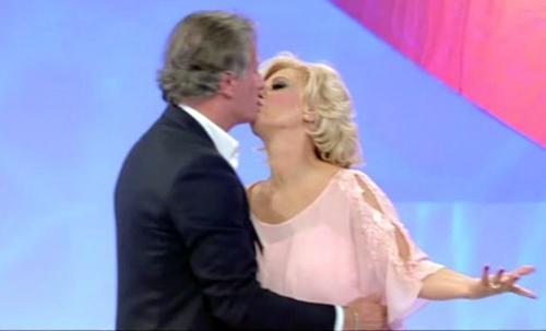 Maurizio Costanzo Show, anticipazioni 13/11: Ivana Trump, Tina Cipollari e Giorgio Manetti ospiti, info streaming