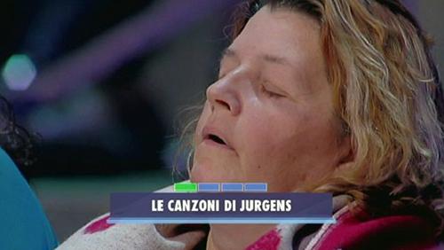 Avanti un altro, signora si addormenta in trasmissione: ecco come la sveglia Paolo Bonolis – VIDEO