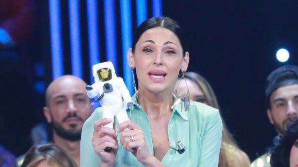 Anna Tatangelo, gossip news: la cantante risponde alle accuse, troppo botulino?