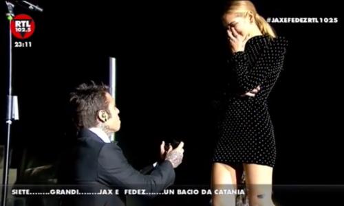 Fedez e Chiara Ferragni: proposta di matrimonio sul palco, il video che manda in delirio i fan
