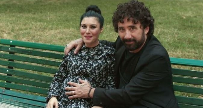 """Giusy Ferreri presto mamma: il pancione nel video de """"L'amore mi perseguita"""" con Federico Zampaglione"""