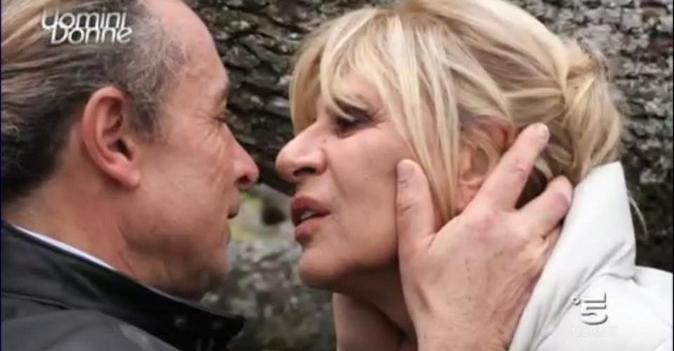 Anticipazioni Uomini e Donne, trono over: Gemma Galgani bacia un altro e dimentica Marco Firpo