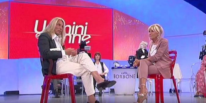 """Uomini e Donne, trono over: Gemma e  Marco si sono lasciati, Tina sbotta """"Lei non vuole lasciare!"""""""