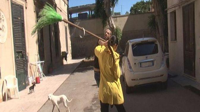 Striscia la Notizia, Stefania Petyx aggredita a Palermo con bastoni e secchi d'acqua, paura per l'inviata