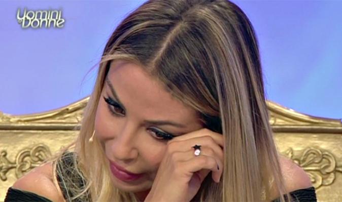 Uomini e Donne, anticipazioni: Sabrina in lacrime, arriva il due di picche e scatta il bacio tra Paolo e…