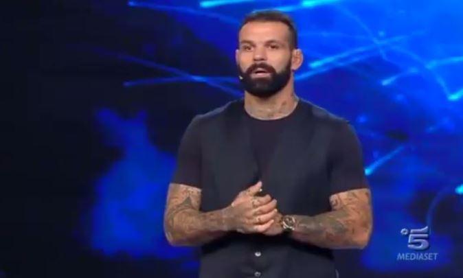 """Tu Si Que Vales 2017: l'addio di Alessio Sakara, l'annuncio in tv, """"lascio il programma"""" [VIDEO]"""