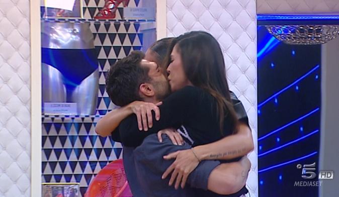 """Belen Rodriguez al Grande Fratello Vip, lacrime per Cecilia e Jeremias: """"sono i miei fratelli, li amo"""" [VIDEO]"""