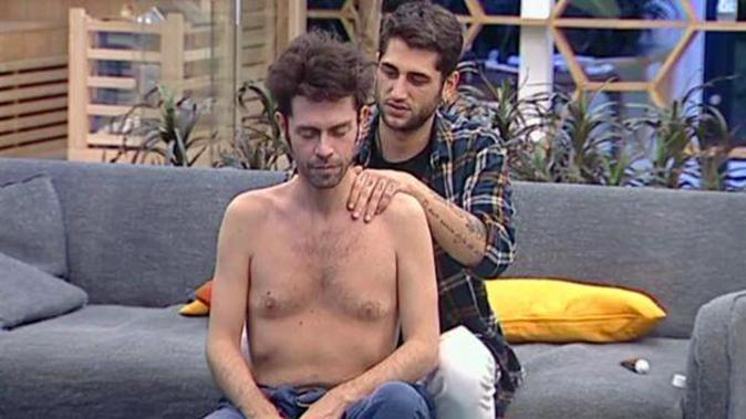 """GF Vip 2017, massaggio tra Jeremias e Tonon per sciogliere la tensione: """"Spero che resti qui…"""" [VIDEO]"""