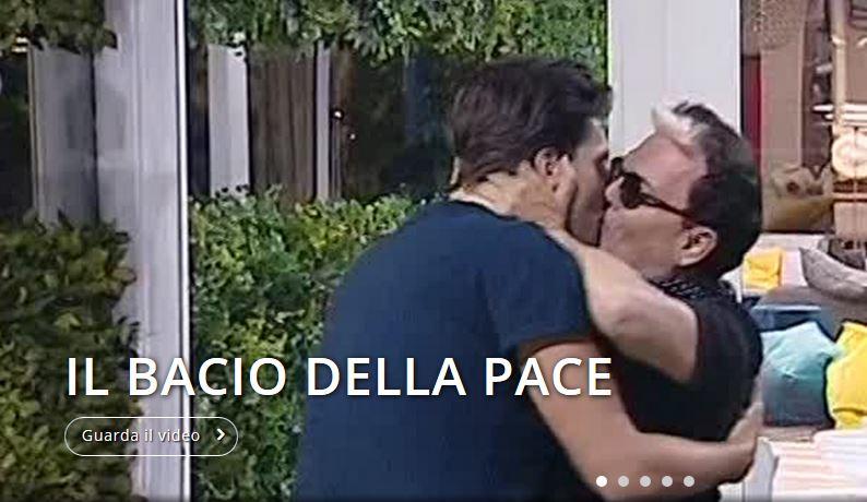 Grande Fratello Vip, Cristiano Malgioglio bacia sulla bocca Lorenzo Flaherty: lo schiaffo all'omofobia [VIDEO]