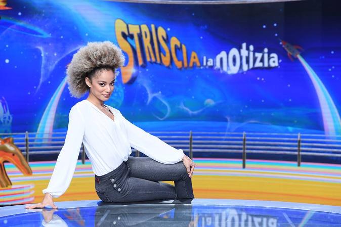 """Mikaela Neaze Silva, velina di Striscia la Notizia: """"Ho abbandonato Facebook, mi insultavano a scuola"""""""